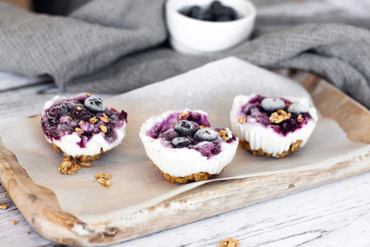 Frozen yogurt bites with granola