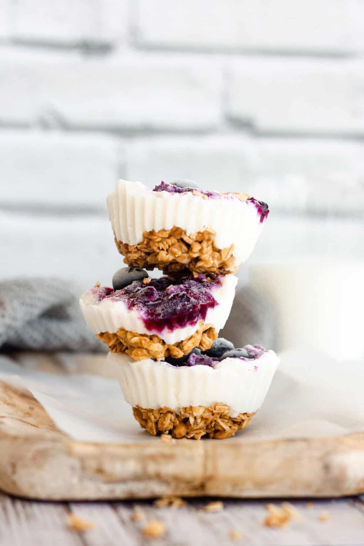 Frozen yogurt with blueberry and granola